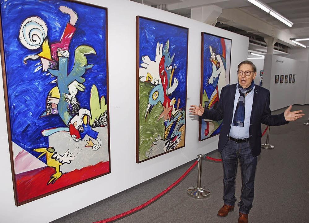 Jürgen Messmer führt durch seine neue Ausstellung.     Foto: Michael Haberer
