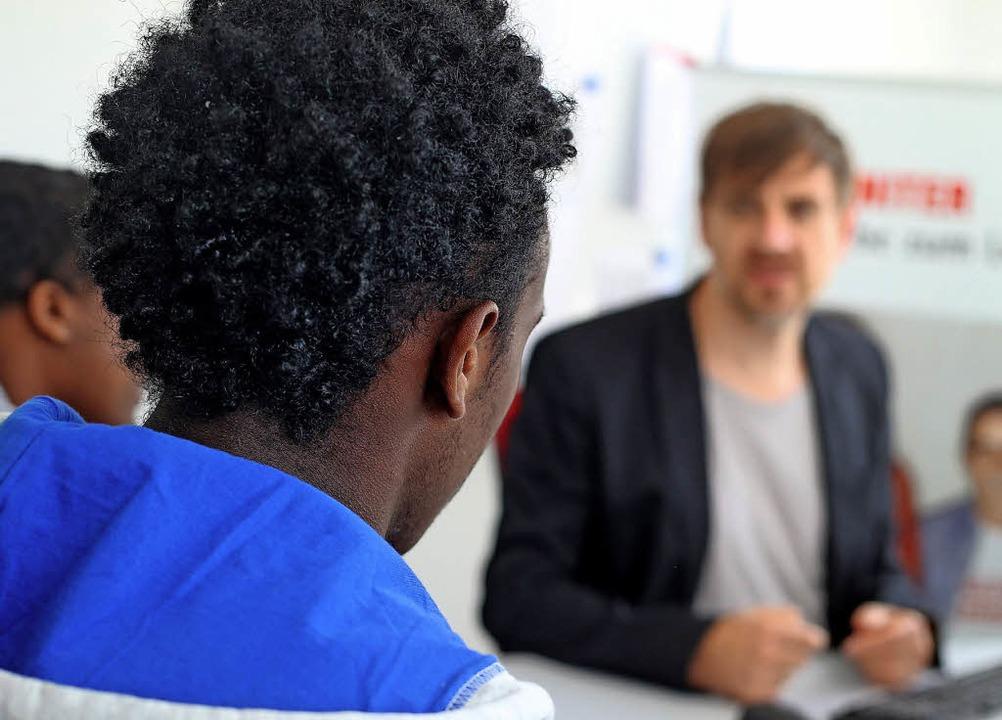 Unterstützung im Alltag gehört zu den Aufgaben der Integrationsmanager.   | Foto: dpa