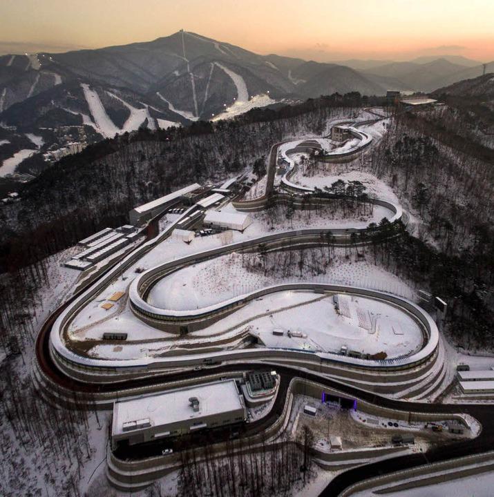 Die Rodelbahn in Pyeongchang; die entscheidende neunte Kurve zeigt der Pfeil.   | Foto: AFP/dpa/Jost