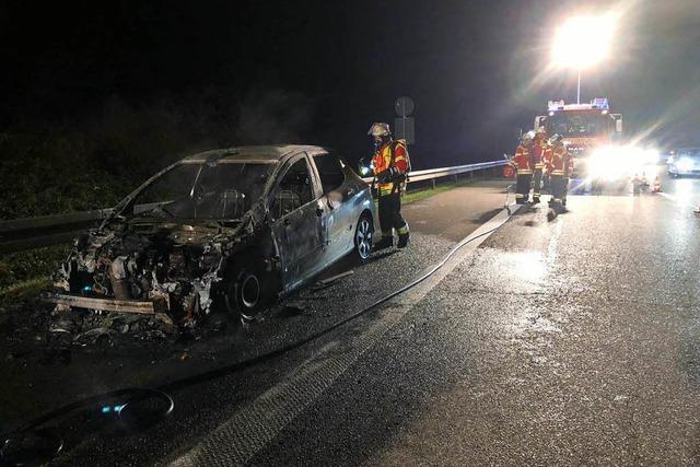 Zwei brennende Autos und ein Fehlalarm halten Herbolzheimer Feuerwehr auf Trab
