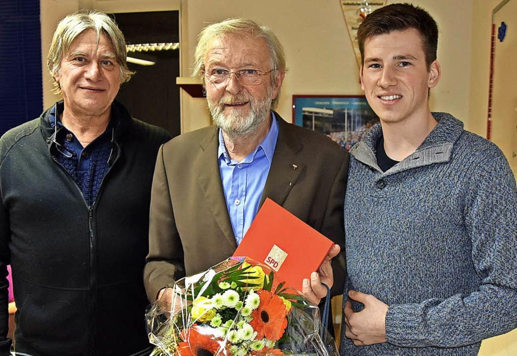Nico Kiefer (rechts im Bild) vom SPD-K... Schiffmann, neu gewählter Kassierer.   | Foto: Heinz Vollmar