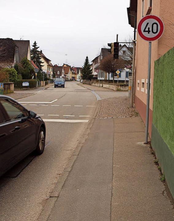 Tempo runter auf der Ortsdurchfahrt Bö...eter entfernten Bahlingen nicht geht?     Foto:  hab