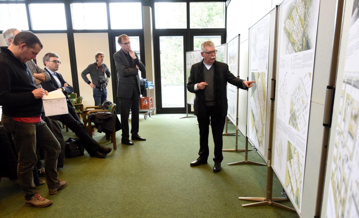 Die Siegerentwürfe werden auf einer Pr...stand der Jury Franz Pesch präsentiert    Foto: Rita Eggstein