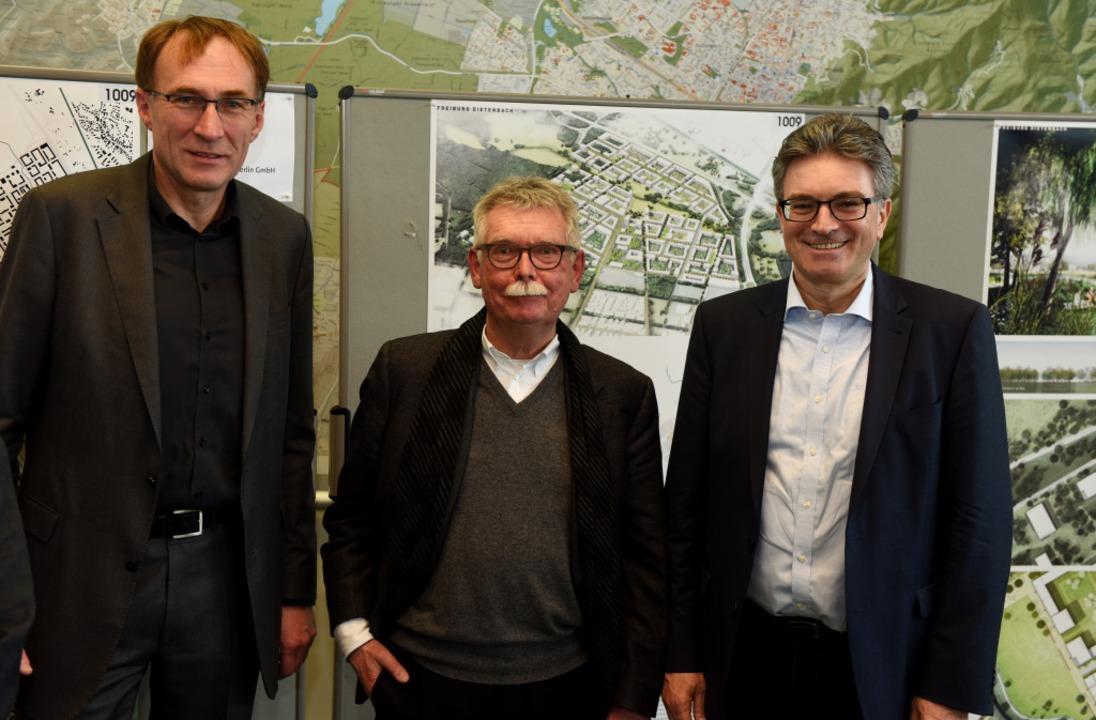 Die Siegerentwürfe werden auf einer Pr... Martin Haag, rechts OB Dieter Salomon    Foto: Rita Eggstein