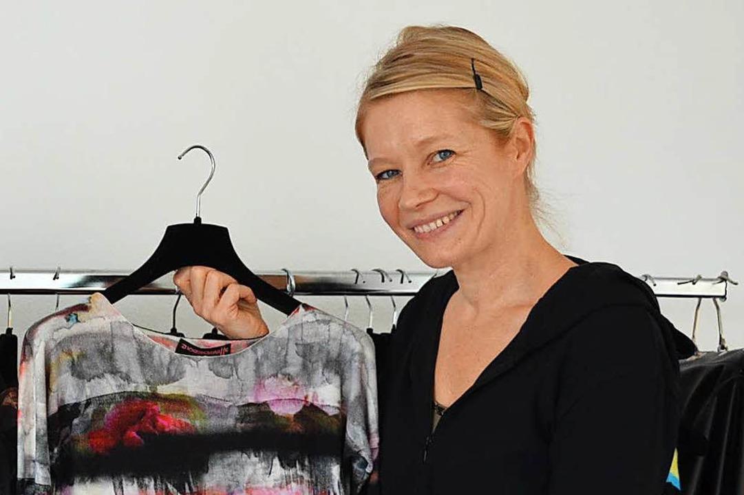 Konstanze Maager mit einem ihrer Cashmere-Entwürfe  | Foto: Gina Kutkat