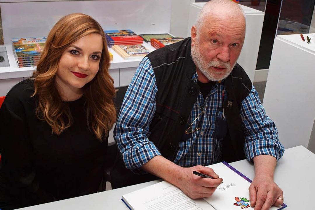 Otmar Alt signiert Bücher bei der Ausstellung in der Riegeler Kunsthalle.  | Foto: Michael Haberer