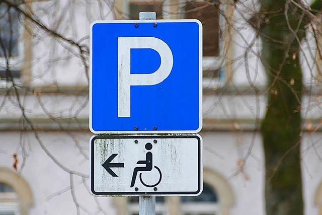 Beim Ärztehaus fehlen Parkplätze für Menschen mit Behinderung