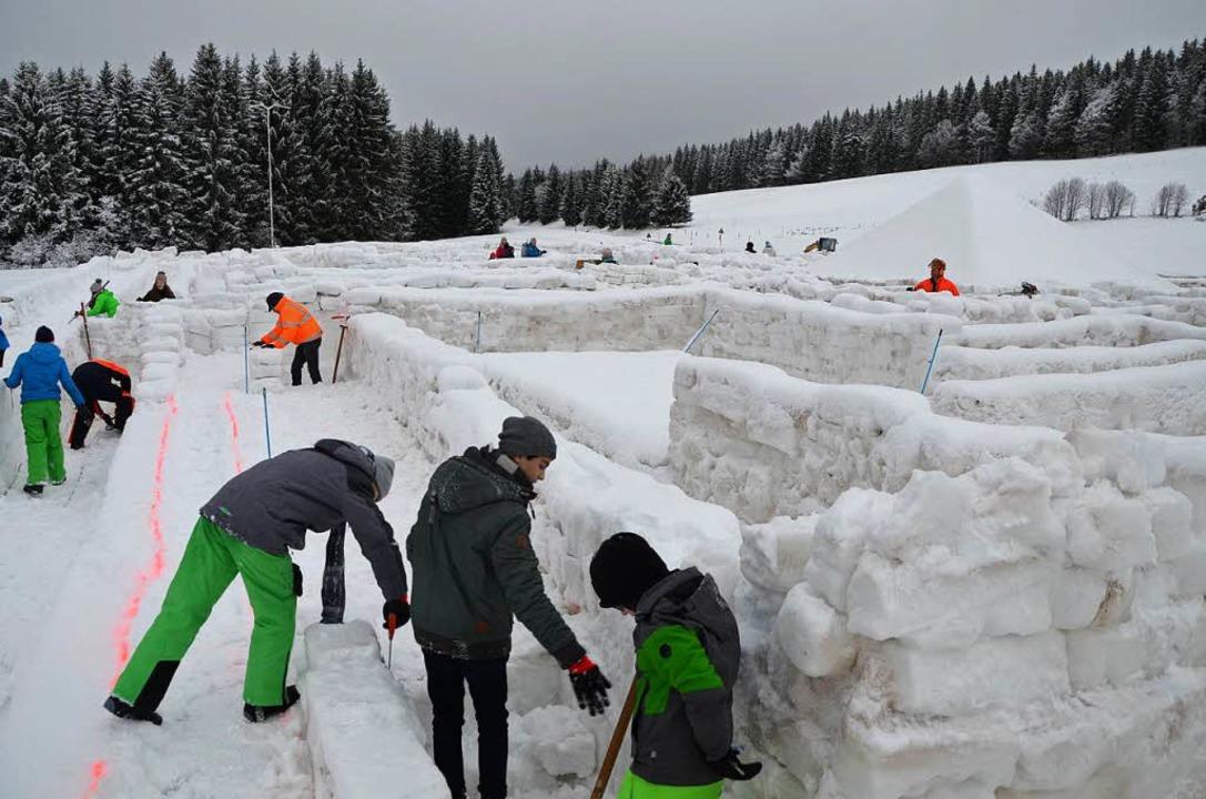 Rund 400 Helfer haben in dieser Woche ...fter Schneemasse ein Labyrinth gebaut.  | Foto: Fotos: Sarah Trinler