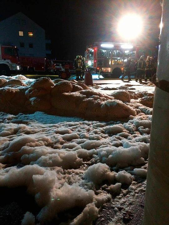 Das brennbare Material (Baumwolle), we...fördert und dort mit Schaum abgedeckt.  | Foto: Feuerwehr