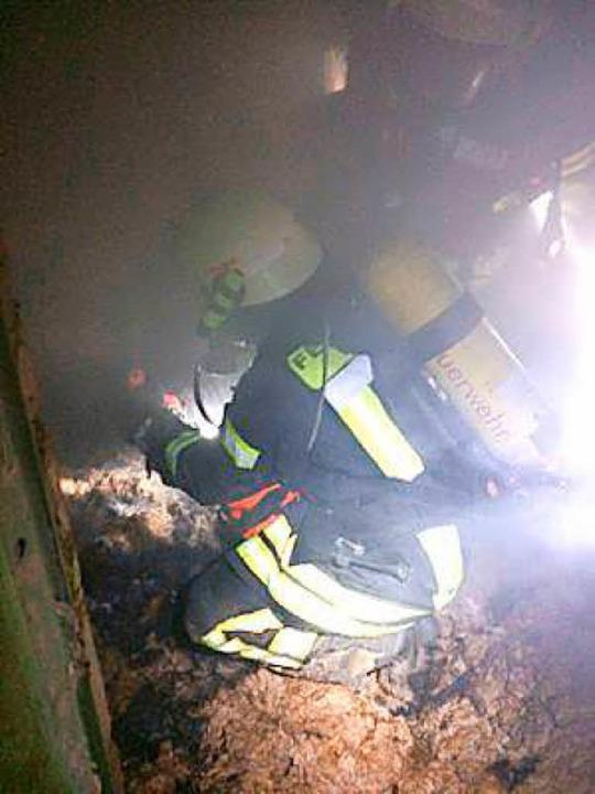Das brennbare Material wurde ins Freie...ten nach weiteren Glutnestern suchten.  | Foto: Feuerwehr