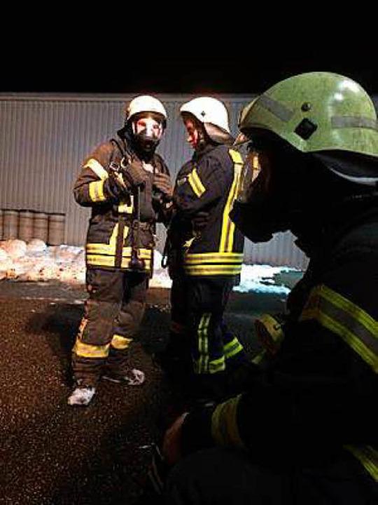 Das brennbare Material wurde ins Freie geschafft und dort mit Schaum abgedeckt.  | Foto: Feuerwehr