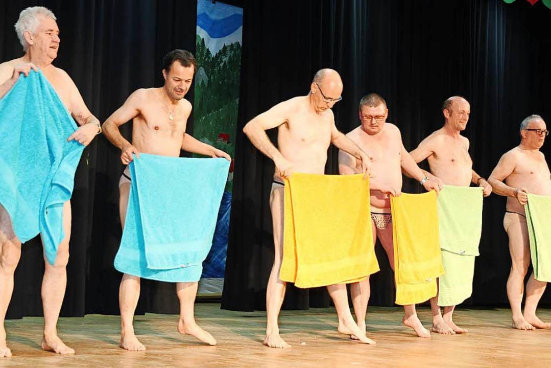 Ballett mal anders: Elfer und Piraten mit dem Badehandtuch.  | Foto: Eva Korinth