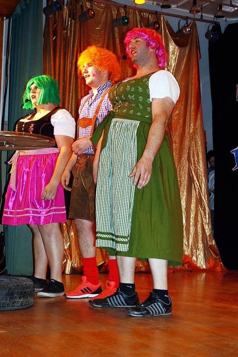 Strammer Bursche, dralle Madln, deftig...ede und Alexander Spittler (von links)  | Foto: Silke Hartenstein