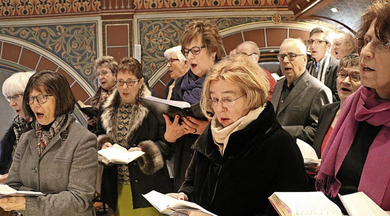 ...sowie der Kirchenchor dem scheidend...iedsgottesdienst musikalisch die Ehre.  | Foto: Martha Weishaar
