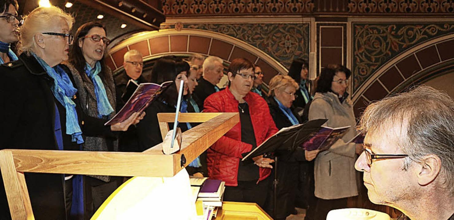 Unter Leitung des Organisten Johannes Schanz erwiesen der Gospelchor...  | Foto: Martha Weishaar
