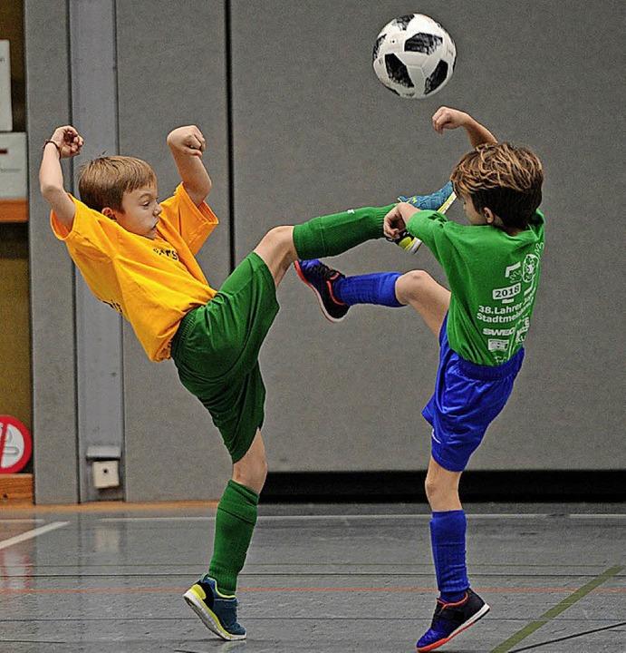 Harter Kampf um den Ball    Foto: Pressebüro Schaller