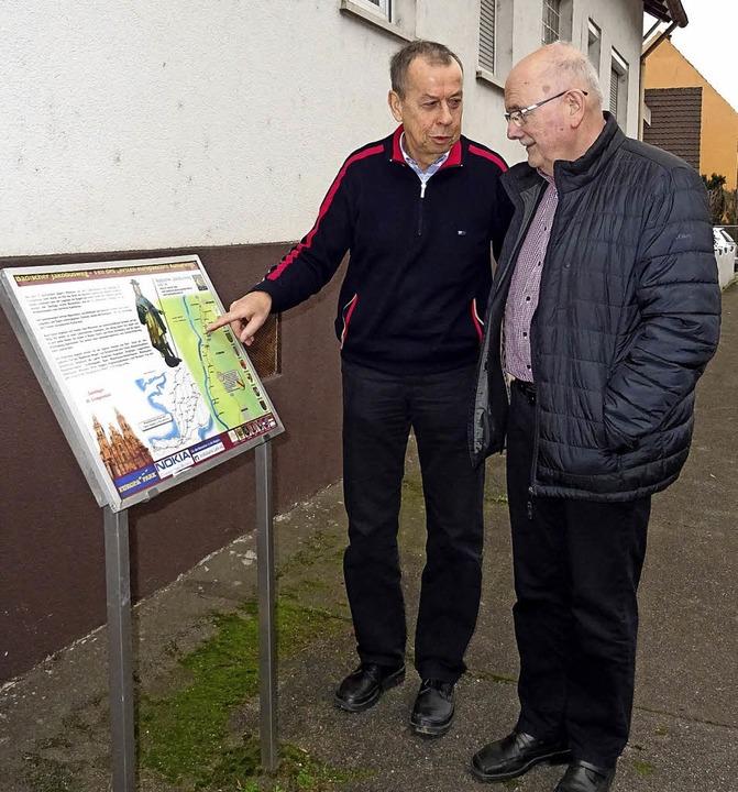 Ortsvorsteher Hansjakob Schweickhardt ...ie Gestaltung der Hugsweierer Stelen.     Foto: Alfred Arbandt