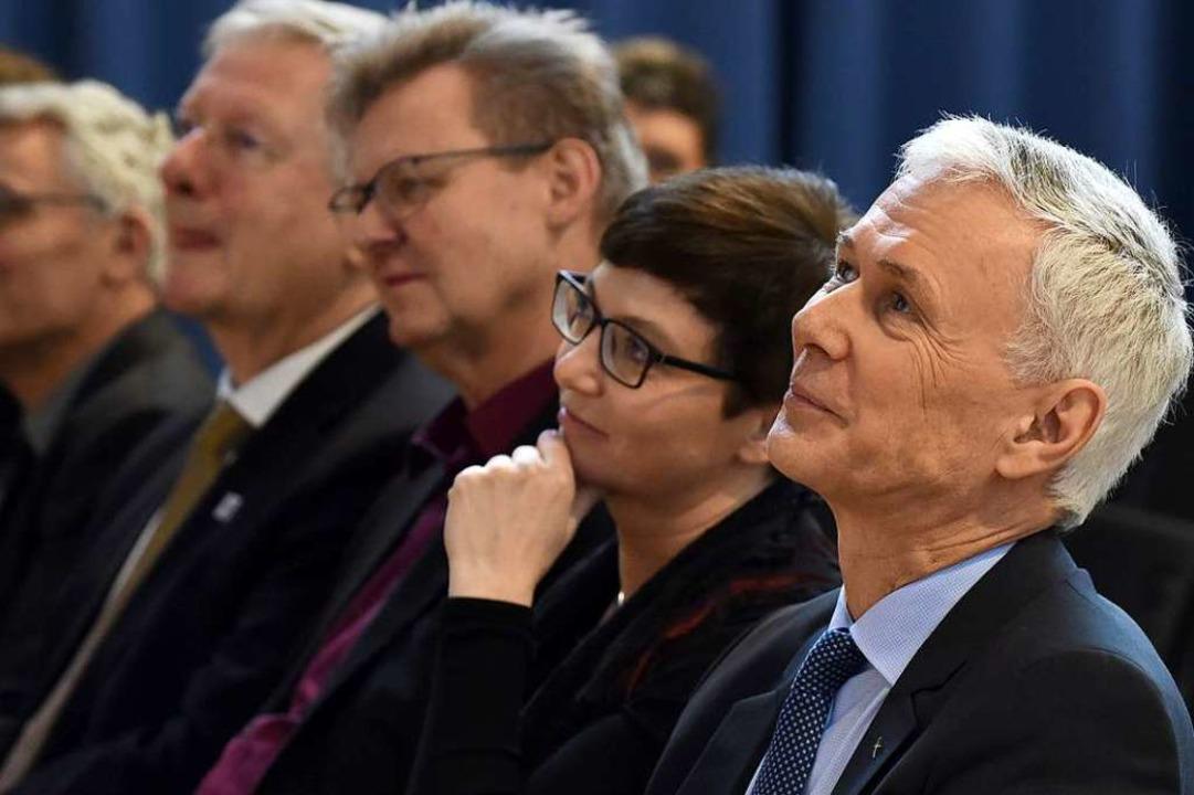 Landesbischof Jochen Cornelius-Bundschuh (r.) gratulierte Freiburg.  | Foto: Rita Eggstein