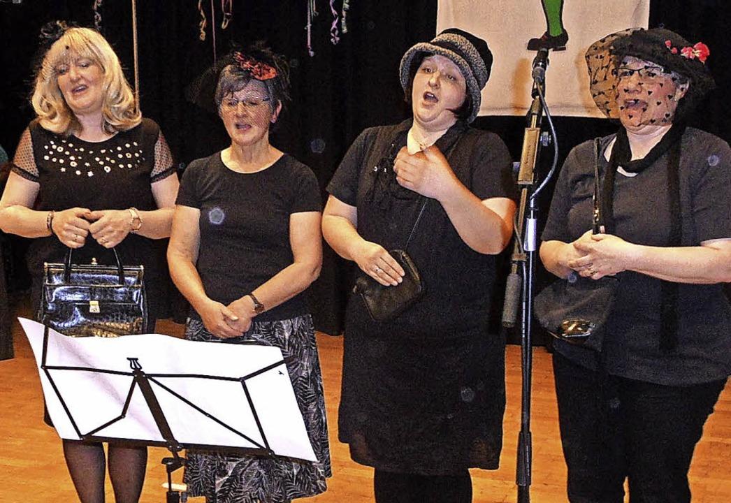 """Die """"Zainesingers"""" als gar...trauernde Witwen auf der Fasnetsbühne.    Foto: Josef Faller"""