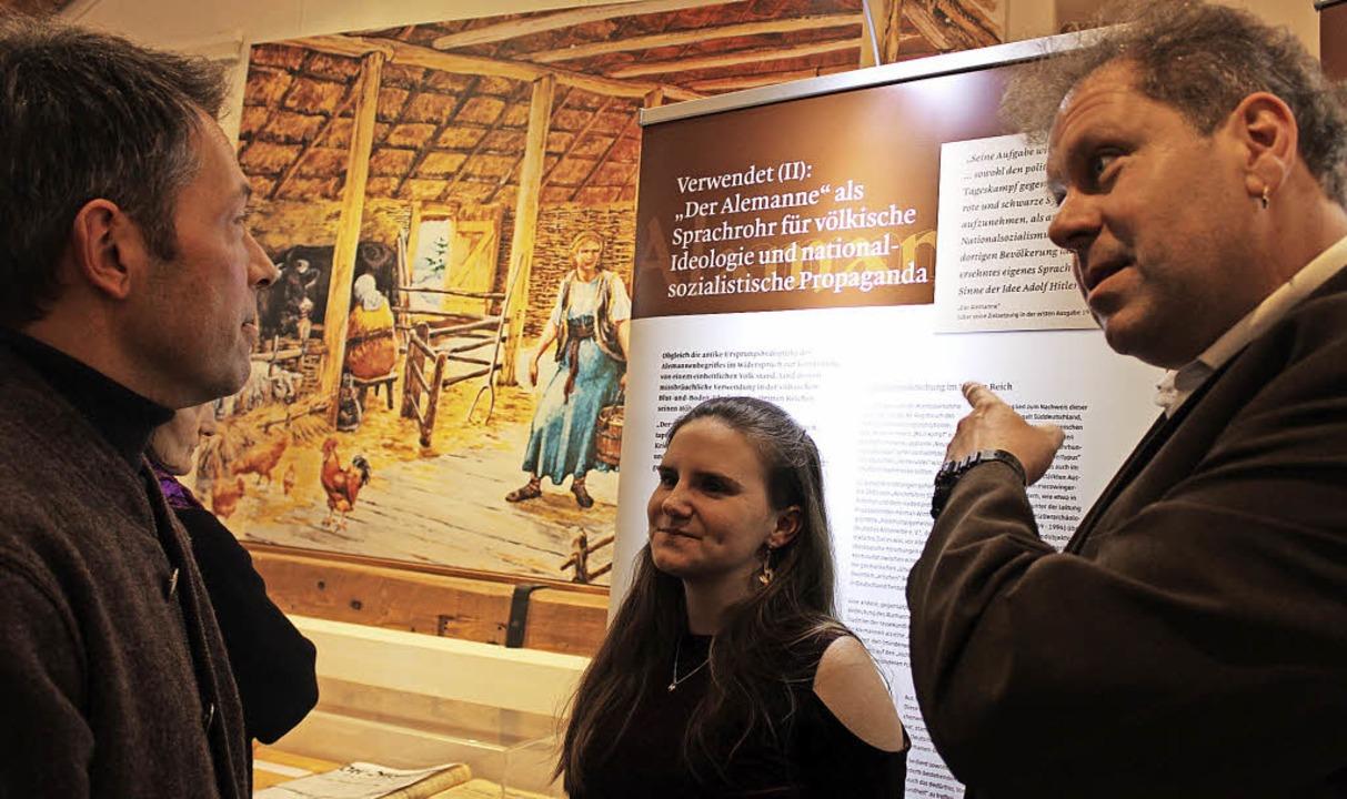 Kurator Niklot Krohn (rechts) und Assi...ritschler im  Gespräch mit Besuchern.     Foto: Erich Krieger