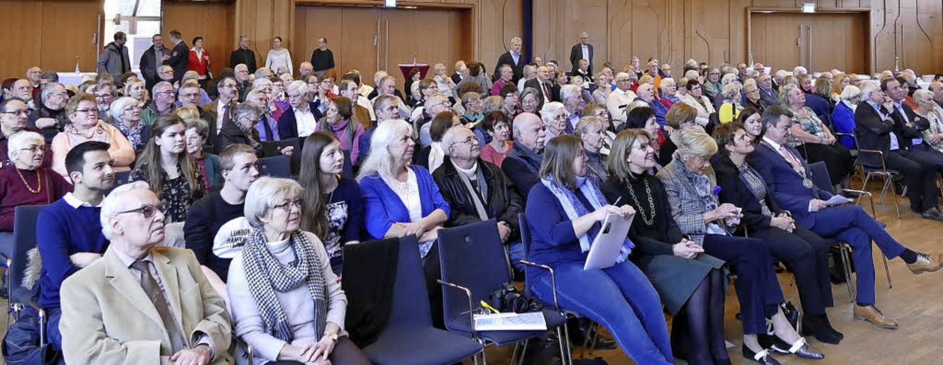 Rund 250 Gäste hörten der Musik und der Rede des Bürgermeisters im Kursaal zu.     Foto: Susanne Müller