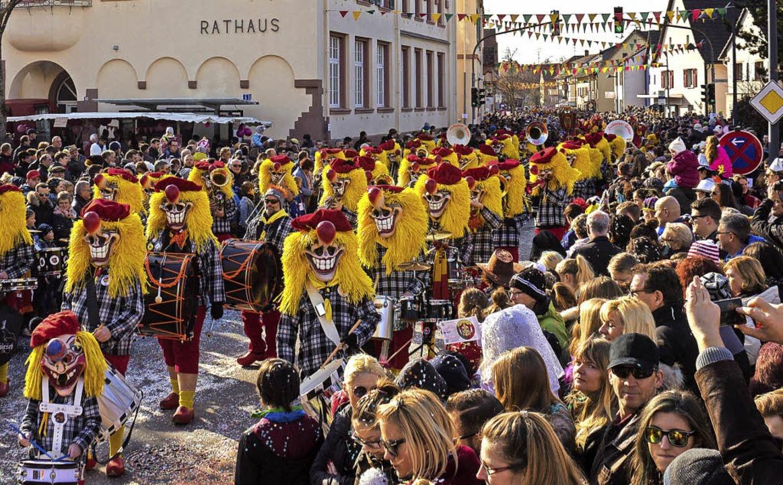 Sonnenschein und viele Besucher: der Binzener Fasnachtsumzug    Foto: Jonas Schwarzwälder/Norbert Sedlak