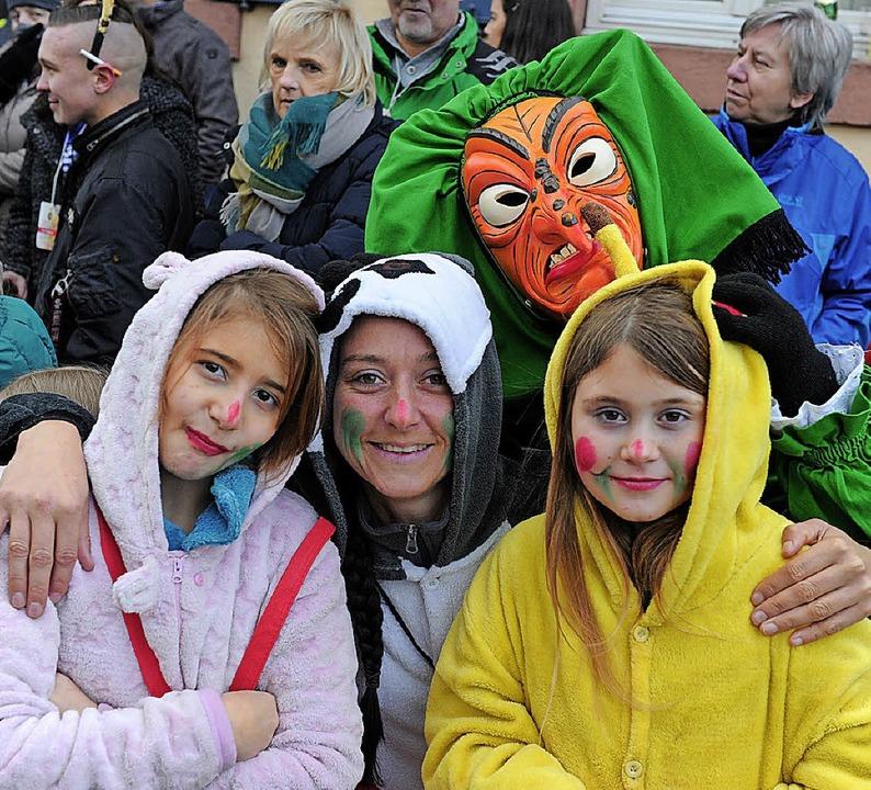 Gruppenbild mit Hexe beim Seelbacher Umzug.    Foto: Pressebüro  Schaller