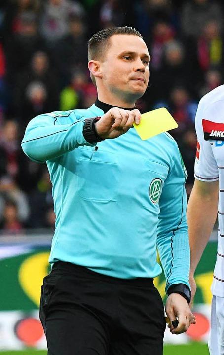 Schiedsrichter Robert Kampkas typische Handbewegung.    Foto: Michael Heuberger