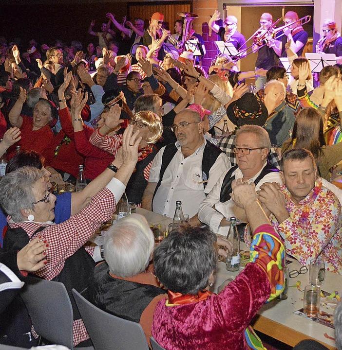 Das Waidbach-Gflüschder hielt das Publikum närrisch in Schwung.  | Foto: Horatio Gollin