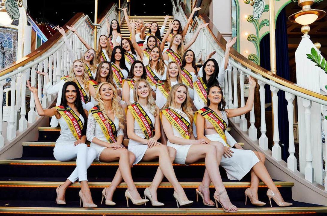 """Die Kandidatinnen zur Wahl der """"M... Europa-Park in Rusr auf einer Treppe.    Foto: dpa"""