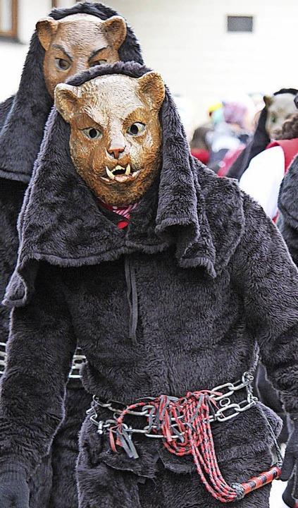 D'Schächerkatze aus Hüfingen (li...als Zeichen ihrer Gunst mit Konfetti.     Foto: Gert Brichta