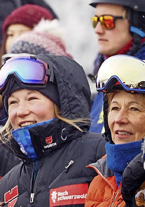 Snowboardcrosserin Jana Fischer und ihre Mutter Freya schauen zu.  | Foto: Susanne Gilg