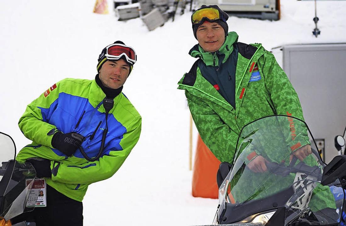 Sie sind die Taxifahrer am Berg: Tobia...ks) und Marc Murach mit ihren Skidoos.  | Foto: Susanne Gilg
