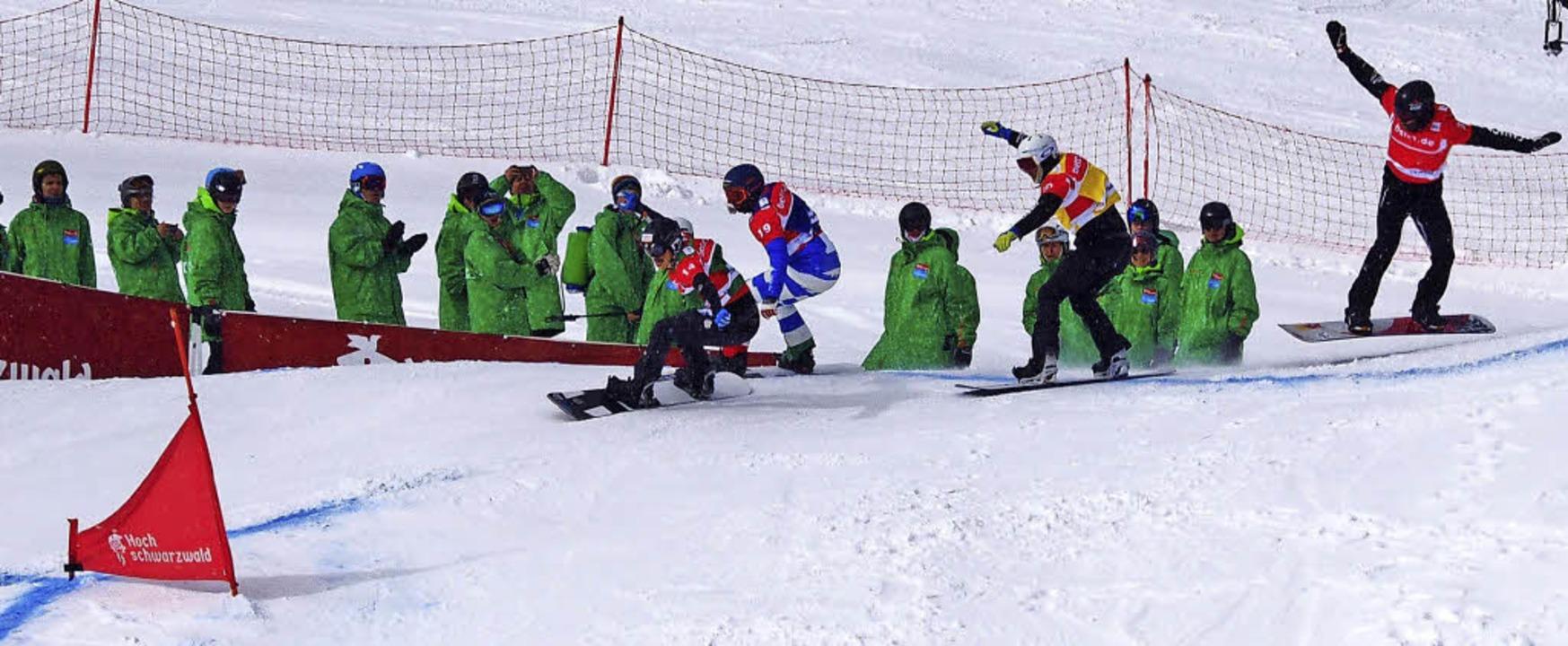Auch die Helfer in ihren  grünen Mänte...icken gespannt auf das Renngeschehen.   | Foto: Susanne Gilg