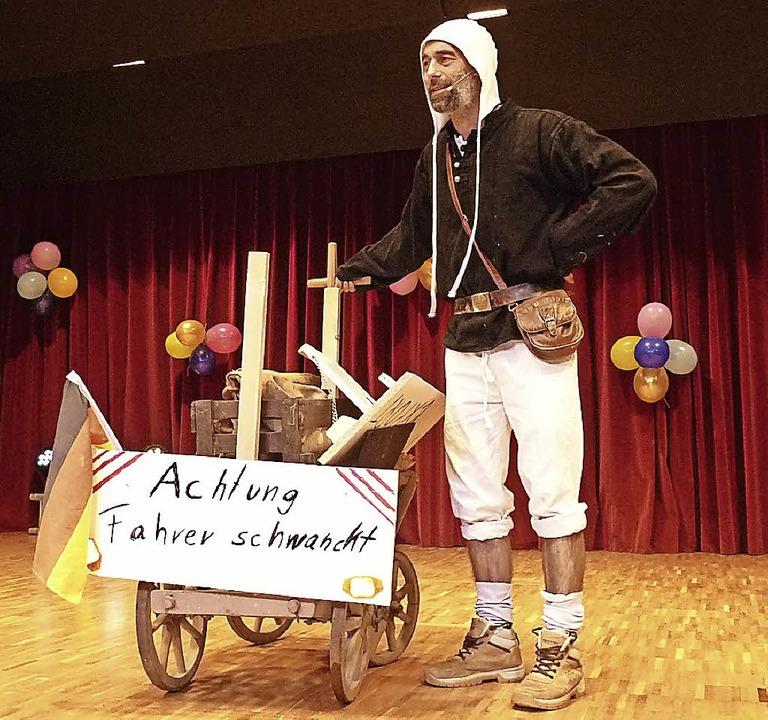 Ein fahrender Händler (Tobias Lauble) hatte allerhand zu bieten.   | Foto: Heidrun Simoneit