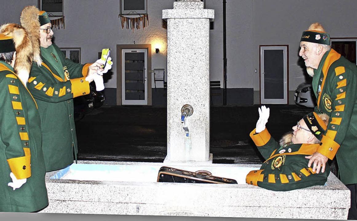 Spaß gehört dazu: Schatzmeister Alfons...ing vor dem Nachtumzug kurz mal baden.  | Foto: Christa Maier