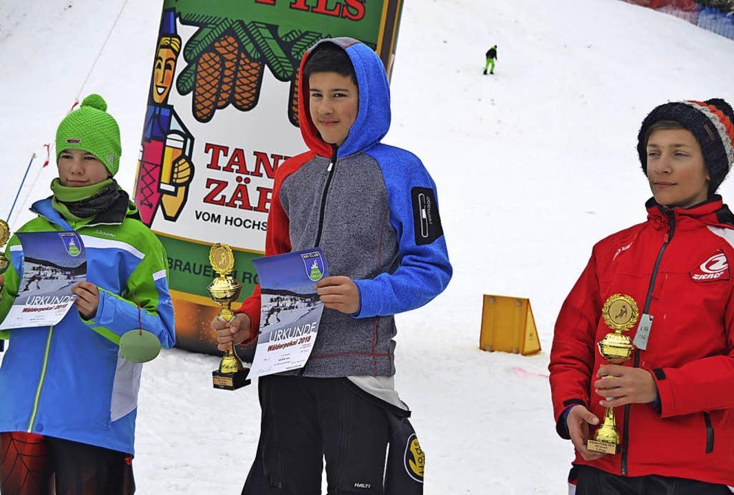 Sieger John Holzer (Mitte) umrahmt von...d Leon Bach vom SC Neustadt (rechts).   | Foto: Helmut Junkel
