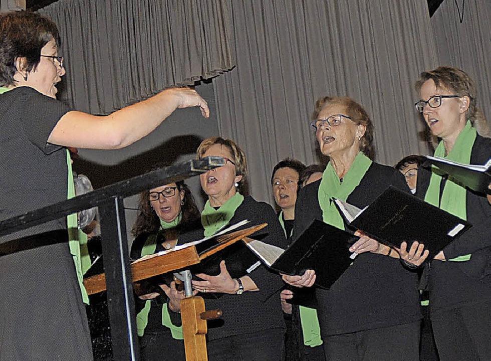 Der Frauenchor des Gesangvereins, diri...ng Melodien aus dem Phantom der Oper.   | Foto: Ounas-kräusel