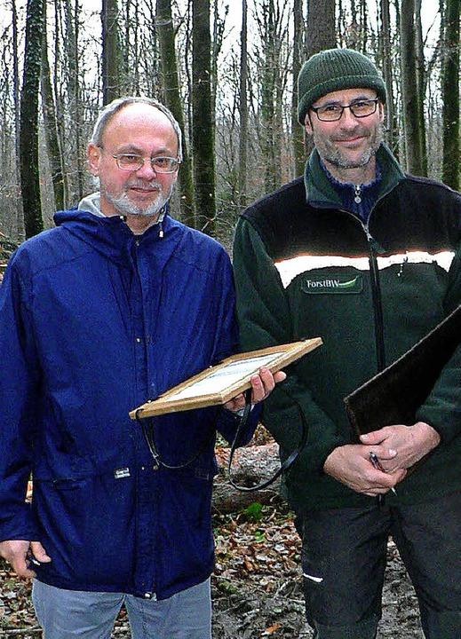 Einmal Schriftführer, immer Schriftfüh...erung 2014  mit Revierförster Schwab.     Foto: Eckard