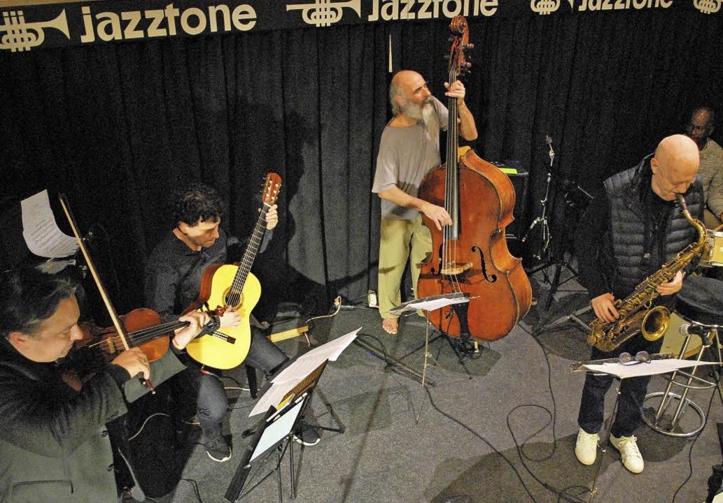 Der Basler Bassist Stephan Kurmann spielte mit seinen Strings im Jazztone.  | Foto: Thomas Loisl Mink