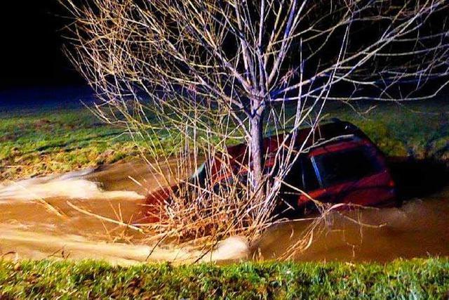 Auto stürzt in den Bach im Lörracher Grütt