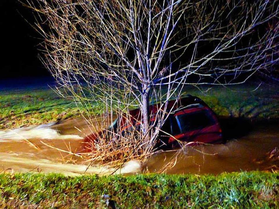 Zwei junge Männer landeten mit ihrem Auto im Bach (Symbolbild).  | Foto: Polizei