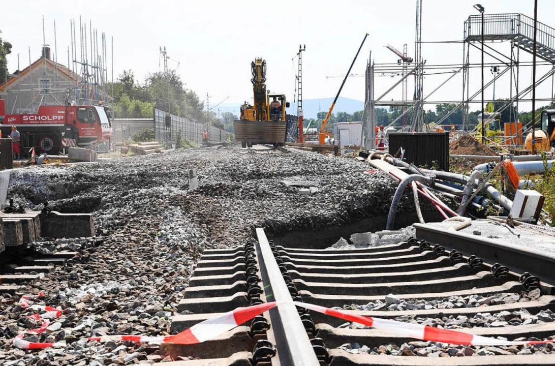 Die wichtige Nord-Süd-Strecke musste s...erungen im Personen- und Güterverkehr.  | Foto: dpa