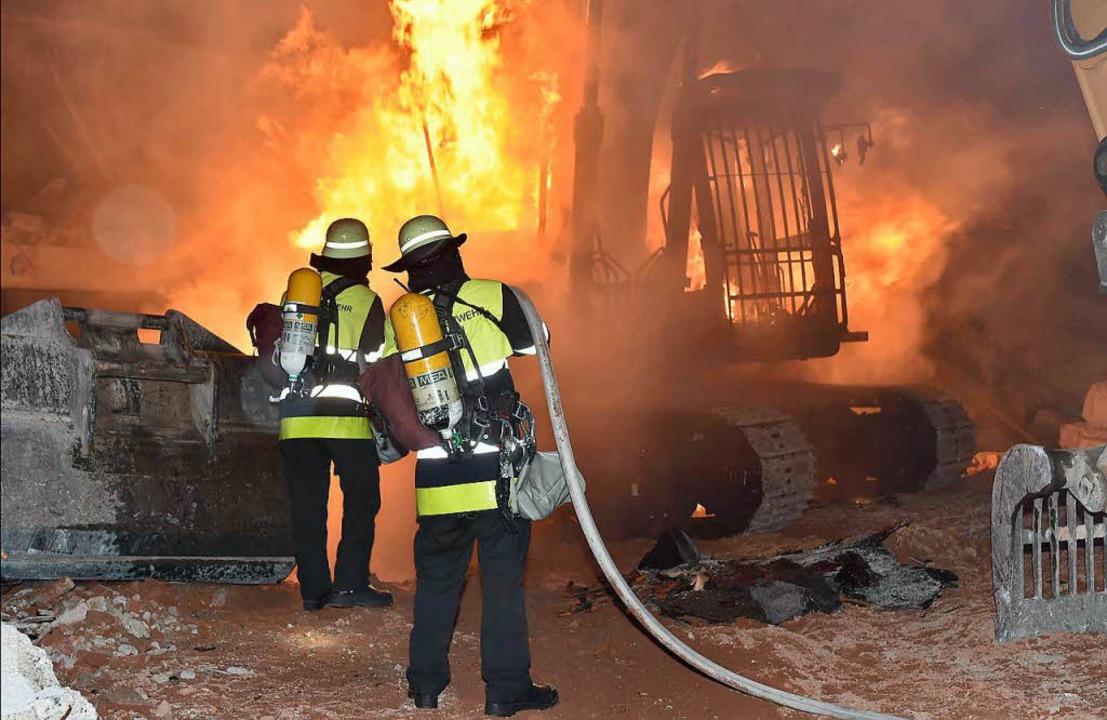 Vorige Woche ist  ein Bagger auf einer Baustelle ausgebrannt.   | Foto: dpa