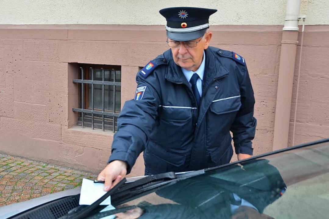 Es ging nicht anders: Der Gemeindevoll...mzug in Binzen Strafzettel verteilen.     Foto: Symbolbild: Senf