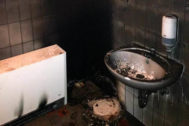 Öffentliches WC am Friedhof Elzach durch Brand beschädigt