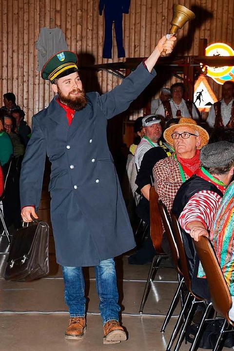 """""""Bott"""" Heiko Zoller zieht laut schellend in den Saal ein.    Foto: Roland Vitt"""