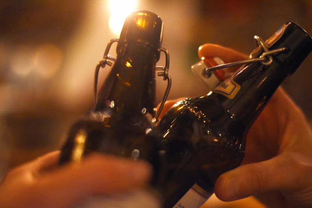 Der Tatverdächtige soll mit einer Bierflasche zugeschlagen haben (Symbolbild).    Foto: dpa