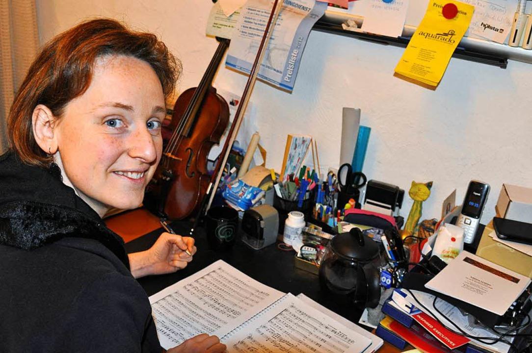 Notensetzerin Lysiane Brettschneider an ihrem Schreibtisch  in Gündlingen.  | Foto: Kai Kricheldorff