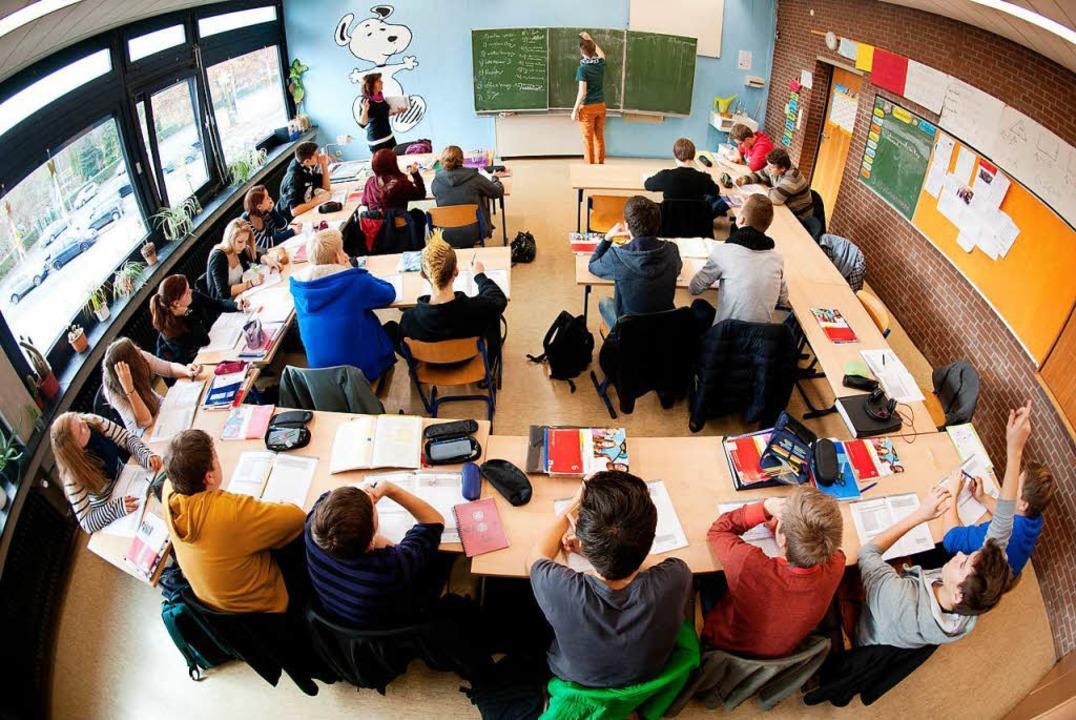Jede Schule hat eigene Lösungsansätze,...wenig wie möglich Unterricht ausfällt.  | Foto: dpa